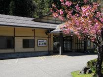 《八重桜咲く外観》山あいの小さな一軒宿です。
