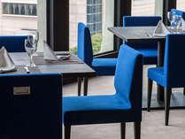 【レストラン・バー/ロザージュ(8F)】明るく開放的な店内で、大切な時間を。