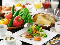 【プレミアム朝食】南会津南郷のトマトジュースなど、お飲物の素材までもを厳選した、シェフこだわりの朝食