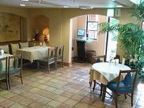 1Fのロビーは洋館ちっく。地元で穴場のカフェスペース。珈琲はいかがですか?