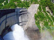 黒部ダムの観光放水は、その迫力に圧倒されます!