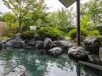 木々に囲まれ溢れるばかりのマイナスイオンをたっぷり体に深呼吸。朝の露天風呂は清々しく心地よい空間。