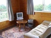 1階のお部屋、シングルベッド3台、ソファーなどが設置