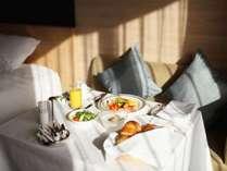 「イン ルーム ダイニング 朝食」アメリカンブレックファスト、和朝食、朝粥朝食からお選びいただけます。
