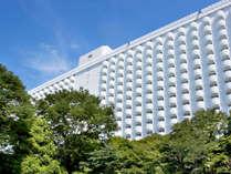 緑に囲まれた全室バルコニー付きのホテルです。