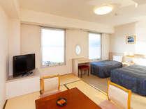 和洋室(湖側上層階/6畳+ツインベッド)お部屋から望む諏訪湖の眺望は最高です。