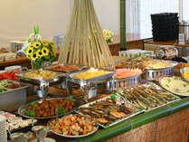 【朝食バイキング】地元食材を盛込んだお料理20品以上の和洋バイキングとなります。