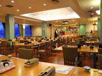【レストラン スカイレイク】夕食では、春夏はバイキング、秋冬は会席料理をご用意いたします。