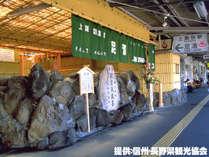 ■上諏訪駅の上りホーム内には足湯が設置されています。