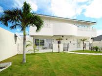 【外観】沖縄の青い空によく映える真っ白なコテージ