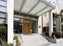 谷町四丁目駅1-B出口から徒歩1分。大阪城公園やNHKホールに近く、閑静な立地