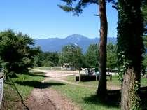 アスコット前から甲斐駒ケ岳、馬術競技場を望む