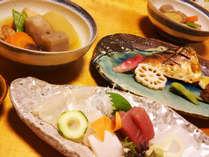 【夕食】お造りや煮物など、旬の食材をふんだんに使用!