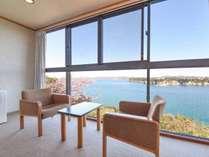 *【和室/海側】海側和室からの眺望。足元に小網代湾が広がる絶景をご堪能ください。