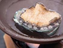 *【ご夕食一例】アワビ付きのグレードアップメニュー。贅沢なご旅行をお考えの方へ!