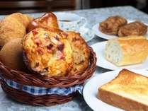 朝食に、お好きなパンが選べます。当店で手づくりしています♪