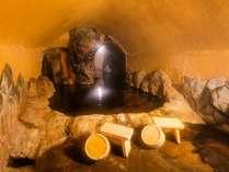 手掘りで掘った洞窟風呂。掘って掘ってまた掘って。完成まで10年かかりました