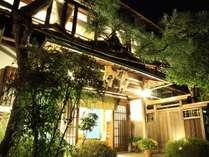 夜に見た井筒屋玄関。かつては芸者さんをあげた大きな宴会が毎晩のように催されました。