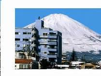 JR御殿場駅より富士山をバックに当HOTELビルを見る。いかにも中庭に富士山があるかのように見えます!