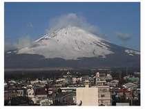 富士御殿場コンドミニアム窓から雄大な富士山が手の届く感じに見えます