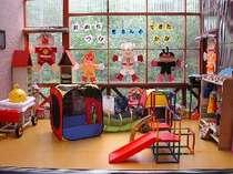 [写真]食事をするホール横のプレイルーム!遊ぶものがいっぱいだから、食事に飽きても安心♪
