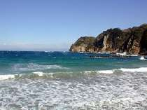 目の前に広がる岩地ビーチ