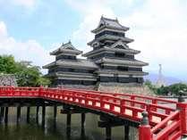 【松本城】当館から、車で7分のところにあります。