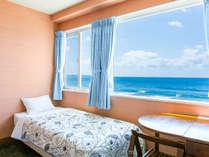 カーテンを開けると海、真っ青な海で、心地よい目覚めが出来ます。