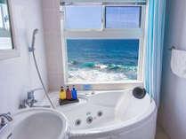 オーシャンフロントII・ジャグジー風呂がある部屋、ブライドを開けると海が目の前に見えます。