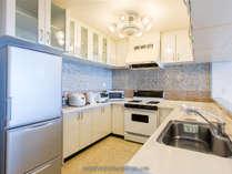 広いキッチン、大型冷蔵庫、炊飯器、電子レンジ、電子ケトルなどがあります。