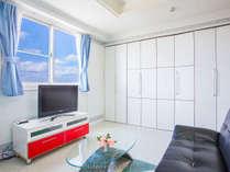 洋室★1DK、リビングを窓から海からの光が注ぎます。