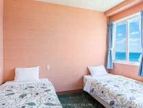 カーテンを開けると真っ青な海、まさにリゾートを感じさせる風景です。