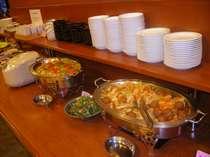 【朝食バイキング】スタッフによる手作り料理がずらり。
