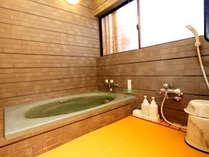 落ち着きある浴室♪館内に2ヶ所ありますので、完全貸切でご利用いただけるお風呂となっています。