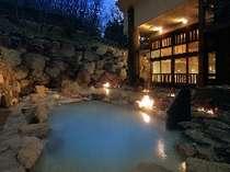 八右衛門の湯【露天風呂(夜)】2種類の温度の違う露天風呂をお楽しみ下さい