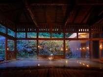 八右衛門の湯【内湯(夜)】木の温もりが感じられる落ち着いた空間