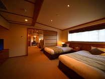 ◆【ジュニアスイート】セミダブルベッド2台を配置したベッドルームでごゆっくりとお寛ぎください。