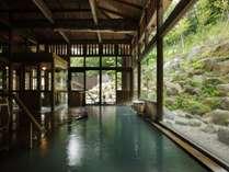 ■内湯/天井から床まで木のぬくもりを感じながら、ゆったりとお過ごしいただけます