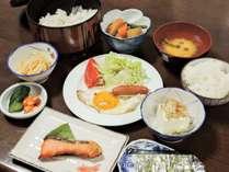 *朝食一例/ボリュームたっぷりで男性にも好評!おかずが豊富な和食膳。