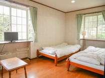 *洋室一例/フローリングが心地よいツインベッドの洋室。カップル、ご夫婦にお勧め。