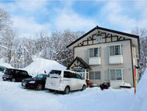 *外観/赤倉温泉スキー場徒歩7分!近隣にスキー場多数!ボリュームたっぷりのお料理と人工温泉でポカポカ♪