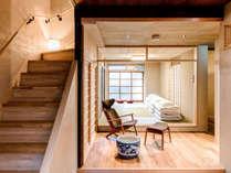 坪庭に面した広々とした和室。縁側のおじゃみの座布団に腰掛け、和の趣を楽しめます。