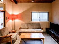 和と洋が融合する1階の居間。ソファでゆったり寛ぐことが出来ます。