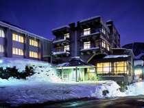 温泉街やスキー場に近く散策の拠点に便利!ホテル前に駐車場もあります