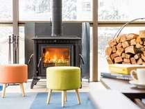冬は薪ストーブにあたりながら読書やスキー談義はいかがですか。