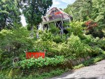 *自然に囲まれた外観。富士山・山中湖の自然に囲まれた、静かな別荘地に当ホテルは佇んでおります。