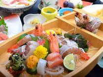 新鮮魚貝舟盛り!当宿の魅力は何といっても抜群のコスパ。施設が古い分豪華料理を提供します。