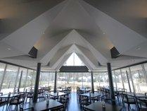 """【レストラン""""ラ・ピーナ""""】レイクレジーナを一望できる全面ガラス張りのレストランです。"""