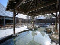 【彩光の湯・岩露天岩風呂】広々とした露天風呂をお楽しみください。
