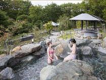 水着で楽しむ「ガーデンスパ」屋外滝風呂